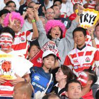 開幕戦前に盛り上がるラグビーファンら=東京・味の素スタジアムで2019年9月20日、宮武祐希撮影