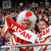 スタンドで盛り上がる日本のファン=東京・味の素スタジアムで2019年9月20日、長谷川直亮撮影