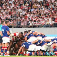 【日本―ロシア】前半、多くの観客が見つめるなかでスクラムを組むバル(中央左)ら日本の選手たち=東京・味の素スタジアムで2019年9月20日、宮武祐希撮影