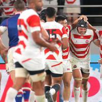 【日本―ロシア】後半、トライを決めて笑顔を見せるラブスカフニ(右から2人目)=東京・味の素スタジアムで2019年9月20日、宮武祐希撮影