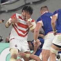 【日本―ロシア】後半、相手選手と接触し顔に手をやる稲垣(左)=東京・味の素スタジアムで2019年9月20日、藤井達也撮影