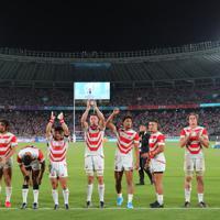 【日本―ロシア】ロシアとの開幕戦に勝利し、スタンドのファンの声援に応える日本の選手たち=東京・味の素スタジアムで2019年9月20日、長谷川直亮撮影