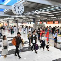 開業初日からにぎわう中部空港第2ターミナルの出発ロビー=愛知県常滑市で2019年9月20日、大西岳彦撮影
