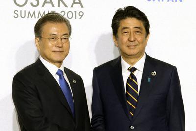 主要20カ国・地域首脳会議(G20サミット)に出席した韓国の文在寅大統領(左)を出迎える安倍晋三首相=大阪市住之江区のインテックス大阪で2019年(令和元年)6月28日、代表撮影