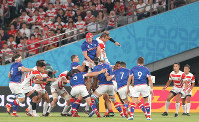 Japan's Wimpie Van Der Walt, lifted up at center right, competes for the ball against Russian players in the lineout in the first half of the opener of the Rugby World Cup at Tokyo Stadium (Ajinomoto Stadium) on Sept. 20, 2019. (Mainichi/Yuki Miyatake)