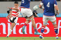 Japan's Yu Tamura kicks the ball after receiving it from a team member in the first half of the opener of the Rugby World Cup against Russia at Tokyo Stadium (Ajinomoto Stadium) on Sept. 20, 2019. (Mainichi/Yuki Miyatake)