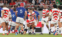 Japan's William Tupou, center, appears disappointed after making an error and giving the first try to Russia in the first half of the opener of the Rugby World Cup at Tokyo Stadium (Ajinomoto Stadium) on Sept. 20, 2019. (Mainichi/Yuki Miyatake)