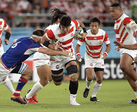 Japan's Kazuki Himeno powers forward while dodging a tackle by a Russian player in the first half of the opener of the Rugby World Cup at Tokyo Stadium (Ajinomoto Stadium) on Sept. 20, 2019. (Mainichi/Tatsuya Fujii)