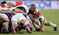 Japan's Michael Leitch, right, supports a scrum against Russia in the first half of the opener of the Rugby World Cup at Tokyo Stadium (Ajinomoto Stadium) on Sept. 20, 2019. (Mainichi/Tatsuya Fujii)