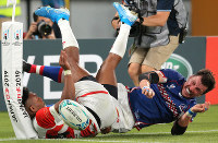 Japan's Kotaro Matsushima, left, fails to score a try against Russia in the first half of the opener of the Rugby World Cup at Tokyo Stadium (Ajinomoto Stadium) on Sept. 20, 2019. (Mainichi/Yuki Miyatake)