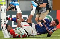 Japan's Kotaro Matsushima, left, fails to score a try against Russia in the first half of the opener of the Rugby World Cup at Tokyo Stadium (Ajinomoto Stadium) on Sept. 20, 2019. (Mainichi/Yuki Miyatake)