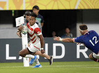 Japan's Kotaro Matsushima runs to score a try while dodging a Russian player in the first half of the opener of the Rugby World Cup at Tokyo Stadium (Ajinomoto Stadium) on Sept. 20, 2019. (Mainichi/Tatsuya Fujii)