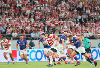 Japan's Pieter Labuschagne runs to score a try against Russia in the second half of the opener of the Rugby World Cup at Tokyo Stadium (Ajinomoto Stadium) on Sept. 20, 2019. (Mainichi/Naoaki Hasegawa)