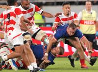 Japanese players block Russia's offensive play in the second half of the opener of the Rugby World Cup at Tokyo Stadium (Ajinomoto Stadium) on Sept. 20, 2019. (Mainichi/Yuki Miyatake)