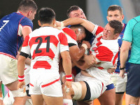 Japan's Luke Thompson, right, defends against Russia's onslaught in the second half of the opener of the Rugby World Cup at Tokyo Stadium (Ajinomoto Stadium) on Sept. 20, 2019. (Mainichi/Yuki Miyatake)