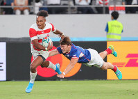 Japan's Kotaro Matsushima runs to score a try while dodging a Russian player in the second half of the opener of the Rugby World Cup at Tokyo Stadium (Ajinomoto Stadium) on Sept. 20, 2019. (Mainichi/Naoaki Hasegawa)
