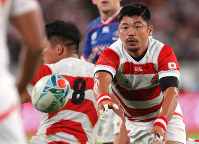 Japan's Fumiaki Tanaka passes the ball in the second half of the opener of the Rugby World Cup against Russia at Tokyo Stadium (Ajinomoto Stadium) on Sept. 20, 2019. (Mainichi/Yuki Miyatake)