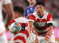 Japan's Fumiaki Tanaka passes the ball in the second half of the opener of the Rugby World Cup against Russia at Tokyo Stadium (Ajinomoto Stadium) on Sept. 20, 2019. (Mainichi/Yuki Miyatake)