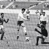 サッカー男子の3位決定戦。日本対メキシコで前半18分、杉山隆一選手からのセンタリングを受けた釜本邦茂選手が中央からシュートを決め先制点をあげる。日本は2-0でメキシコを降し銅メダルを獲得した=メキシコ市のアステカ・スタジアムで1968年(昭和43年)10月24日、阿部三郎撮影