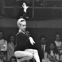 体操女子団体で平均台の演技をするチェコスロバキアのベラ・チャスラフスカ選手。種目別平均台で銀メダルを獲得した=メキシコシティーのナショナル・オーディトリアムで1968年(昭和43年)10月23日、松野尾章撮影