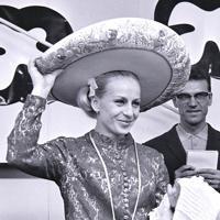 結婚式の新郎用にと贈られたソンブレロをかぶるチャスラフスカ選手。大会中にチェコスロバキアの陸上選手とメキシコで結婚式を行った=メキシコ市で1968年(昭和43年)10月5日、阿部三郎撮影