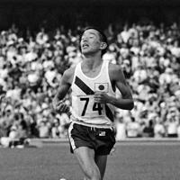 陸上男子マラソンで2位でゴールする君原健二選手=メキシコ・メキシコシティーのエスタディオ・オリンピコで1968年(昭和43年)10月21日、阿部三郎撮影