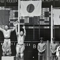 観衆に手を振って応える金メダルの兄、三宅義信(中央)と銅メダルの弟、三宅義行(右)の両選手。銀はソ連のシャニーゼ選手=メキシコ市で1968年(昭和43年)10月14日、阿部三郎撮影