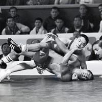 レスリング・フェザー級1回戦で金子正明選手(上)がメキシコのルースを体固めで降す。金子選手は金メダルを獲得した=メキシコ市で1968年(昭和43年)10月17日、阿部三郎撮影