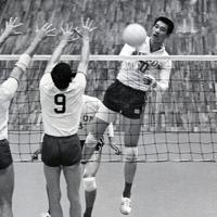 バレーボール男子リーグ戦の日本対チェコスロバキアで大古誠司選手(右)のスパイクが決まる=メキシコ市で1968年(昭和43年)10月17日、松野尾章撮影