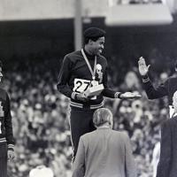 陸上男子400メートルの表彰でメダルを独占した米国の(左から)2位ジェームス、1位エバンス、3位フリーマンの黒人3選手は「抗議」の黒いベレー帽をかぶって登場した=メキシコ市で1968年(昭和43年)10月18日、阿部三郎撮影