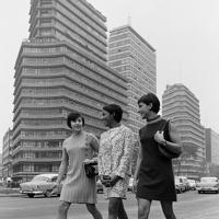 はやりのミニスカートでレフォルマ通りを散歩するメキシコの体操選手=メキシコ市で1968年(昭和43年)9月、松野尾章撮影