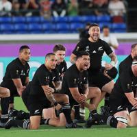 【ニュージーランド-南アフリカ】試合前、ハカを披露するニュージーランドの選手たち=日産スタジアムで2019年9月21日、玉城達郎撮影