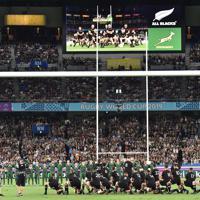 【ニュージーランド-南アフリカ】試合開始前に、ハカを披露するニュージーランドの選手たち(手前)=日産スタジアムで2019年9月21日、竹内紀臣撮影