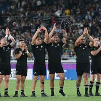 【ニュージーランド-南アフリカ】試合後、スタンドの観客にあいさつするB・バレットらニュージーランドの選手たち=日産スタジアムで2019年9月21日、玉城達郎撮影