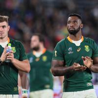 【ニュージーランド-南アフリカ】試合後、スタンドにあいさつするコリシ主将(右)、マークスら南アフリカの選手たち=日産スタジアムで2019年9月21日、玉城達郎撮影