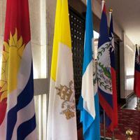 台湾外交部の正面玄関には、外交関係があるすべての国の国旗が飾られている。左端のキリバス国旗は近く撤去される見通し=2019年9月20日午後、陳瑞涓撮影