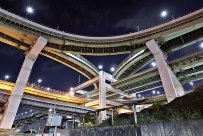 箱型の橋脚が珍しい北港ジャンクション=大阪市此花区で2019年9月19日午後7時36分、幾島健太郎撮影