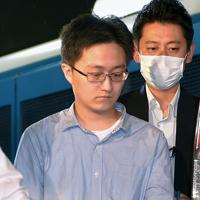 池袋のホテルで女性の遺体が見つかった事件で、殺人容疑で逮捕され、池袋警察署に入る北島瑞樹容疑者(中央)=東京都豊島区で2019年9月18日午後8時36分、手塚耕一郎撮影