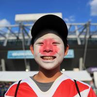 ラグビーW杯開幕の日を迎え、開会式の会場前で顔に日の丸のペイントを施し、開幕を待ちわびる少年=東京都調布市で2019年9月20日午後3時49分、玉城達郎撮影