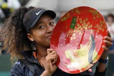 シングルスで優勝し、トロフィーを手にする大坂なおみ=ITC靭TCで2019年9月22日、加古信志撮影