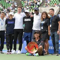シングルスで優勝し、家族やスタッフらと記念写真に納まる大坂なおみ=ITC靭TCで2019年9月22日、加古信志撮影