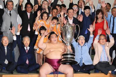2回目の優勝を果たし、支度部屋で支援者らと万歳する御嶽海(中央手前)=東京・両国国技館で2019年9月22日、玉城達郎撮影
