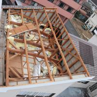 屋根が飛ばされた民家=宮崎県延岡市日の出町で2019年9月22日午前10時33分、勝野昭龍撮影