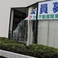 突風で窓ガラスが割れた不動産店=宮崎県延岡市日の出町で2019年9月22日午前10時30分、勝野昭龍撮影