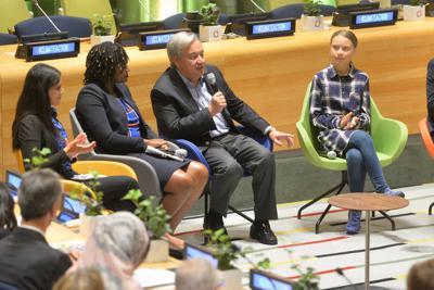 「若者気候サミット」で語りかけるグテレス事務総長(左から3人目)。右はグレタ・トゥーンベリさん=米ニューヨークの国連本部で21日、隅俊之撮影