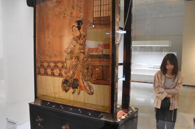 現在は再現不可能という飾り棚。いつもは見られない裏面には浮世絵風の美人画が描かれている=長崎市立山1の長崎歴史文化博物館で2019年9月22日午後1時4分、今野悠貴撮影