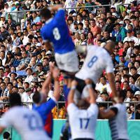 イタリアとナミビアの選手たちのプレーを見つめる観客ら=東大阪市花園ラグビー場で2019年9月22日、猪飼健史撮影