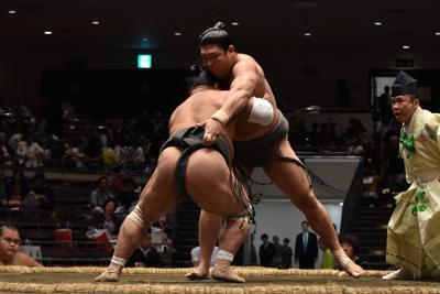 富栄(背中)に敗れた若隆元=東京・両国国技館で2019年9月22日、村社拓信撮影