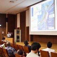 南海トラフ巨大地震が発生するメカニズムについて説明を受ける参加者ら=徳島市南常三島町1の徳島大常三島けやきホールで、岩本桜撮影