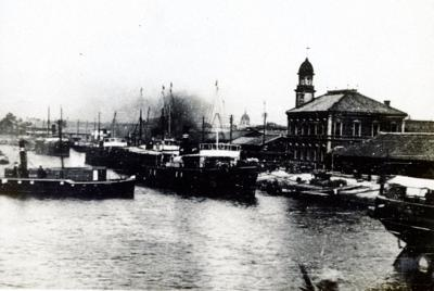 明治時代、いまの大阪市で創業して間もないころの大阪商船の社屋と所有船=商船三井提供